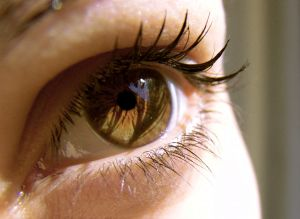 Важные мелочи ухода за кожей вокруг глаз